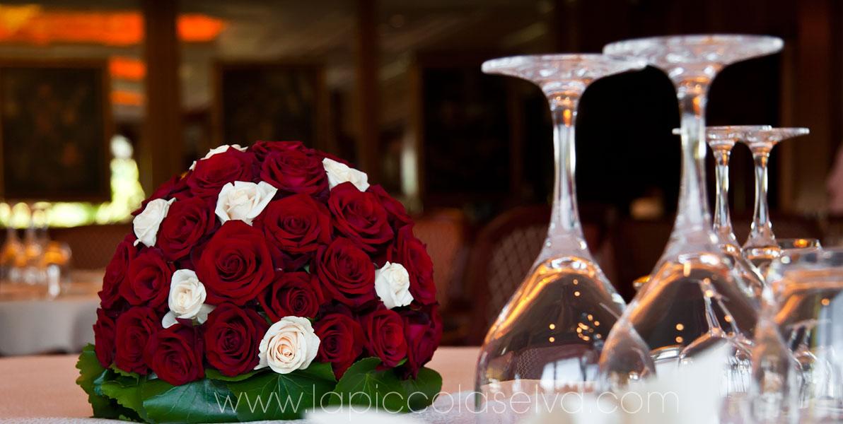 centrotavola a sfera con rose rosse