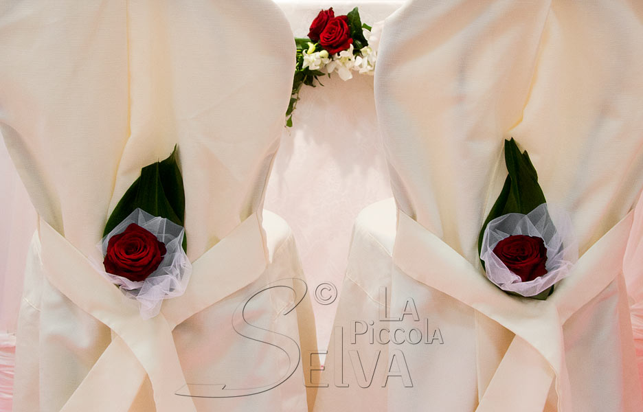 allestimento sedie sposi con rose rosse