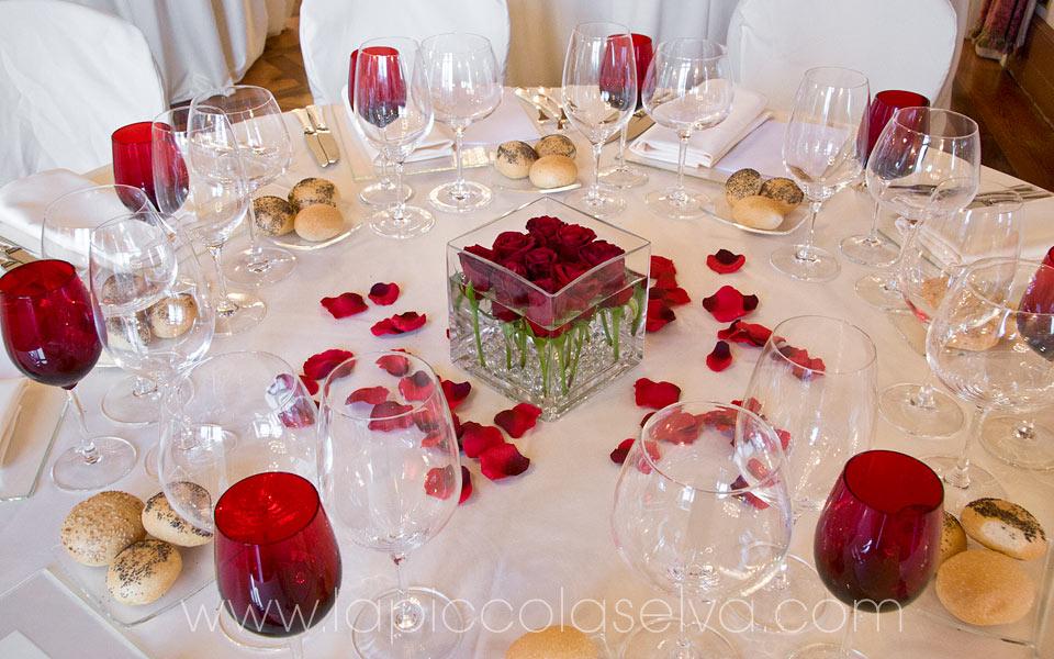 allestimento tavoli matrimonio con rose rosse