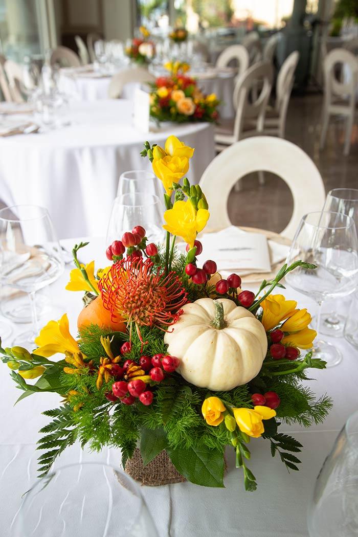 Centrotavola con zucchette ornamentali e Protea
