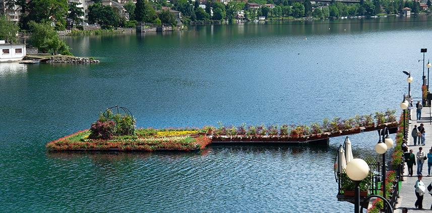 Allestimento piattaforma fiorita sul lago, Omegna