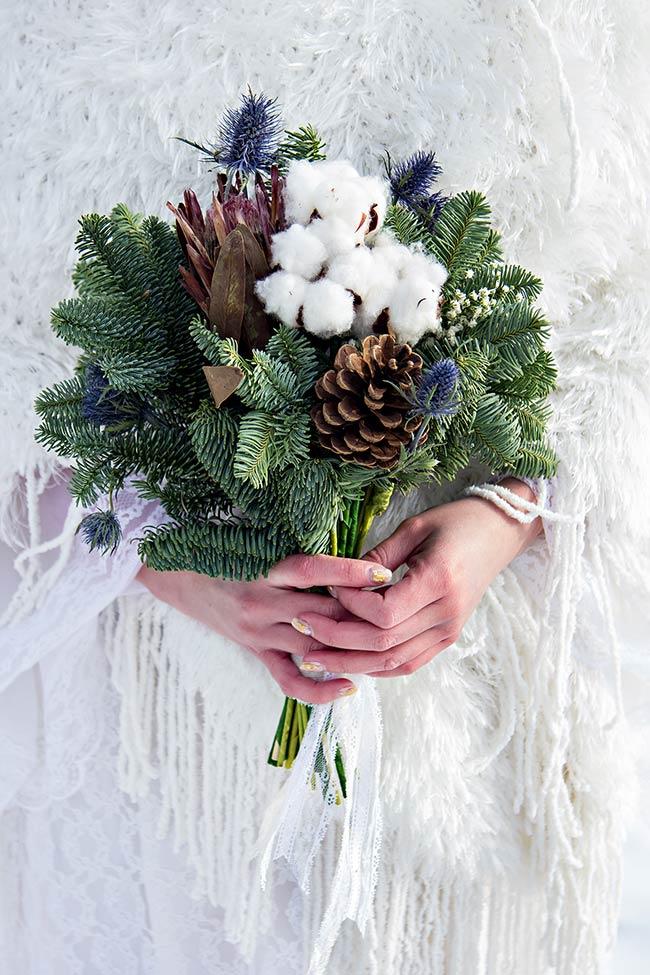 Bouquet invernale con abete e cotone