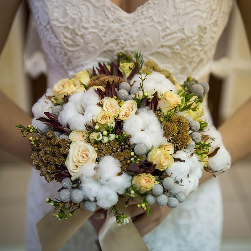 Bouquet invernale con nuance dorate