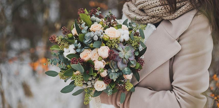 Bouquet invernale con fiori e verde assortito