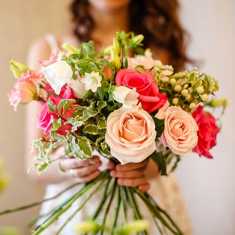 Creazione bouquet con rose e fiori assortiti