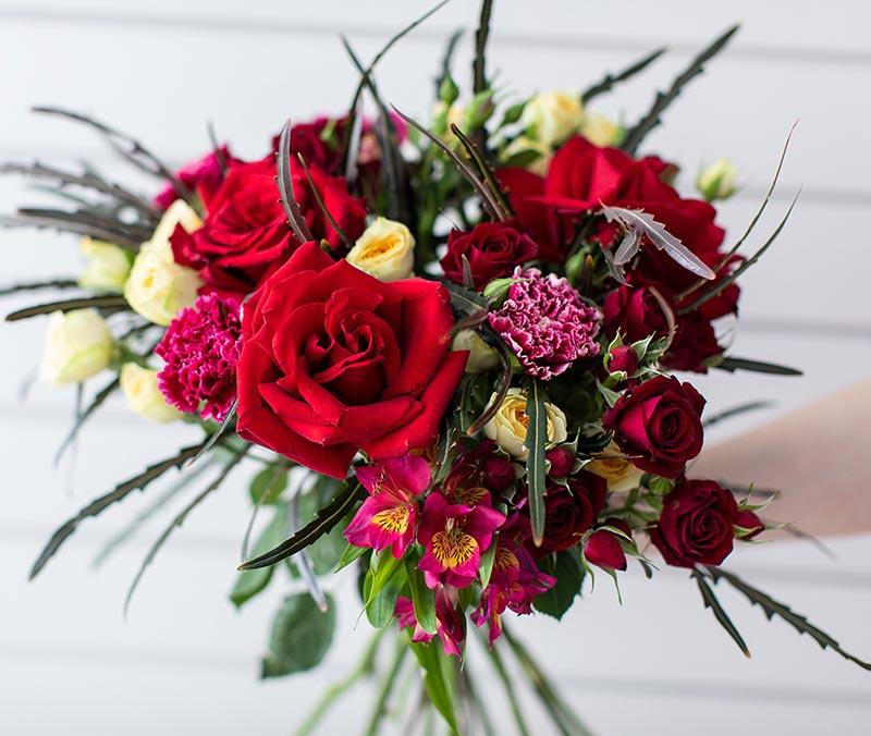 Bouquet con rose rosse e fiori assortiti